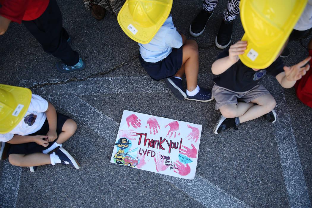 Un dibujo hecho por niños para los bomberos del Departamento de Bomberos del Condado de Clark durante una visita de concientización sobre incendios en Merryhill Preschool, 5055 S. Durango Dr., e ...