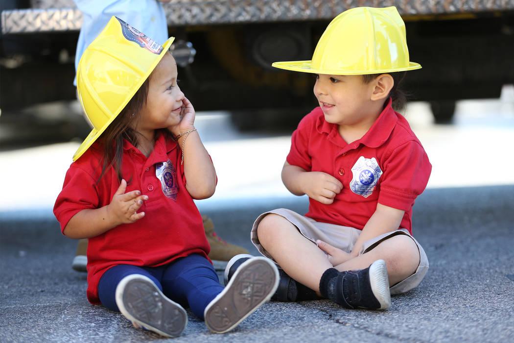 Aliyanna Lemos, de 2 años, a la izquierda, con Samuel De La Cruz, 2, durante una visita de concientización sobre incendios del Departamento de Bomberos del Condado de Clark a Merryhill Preschool ...