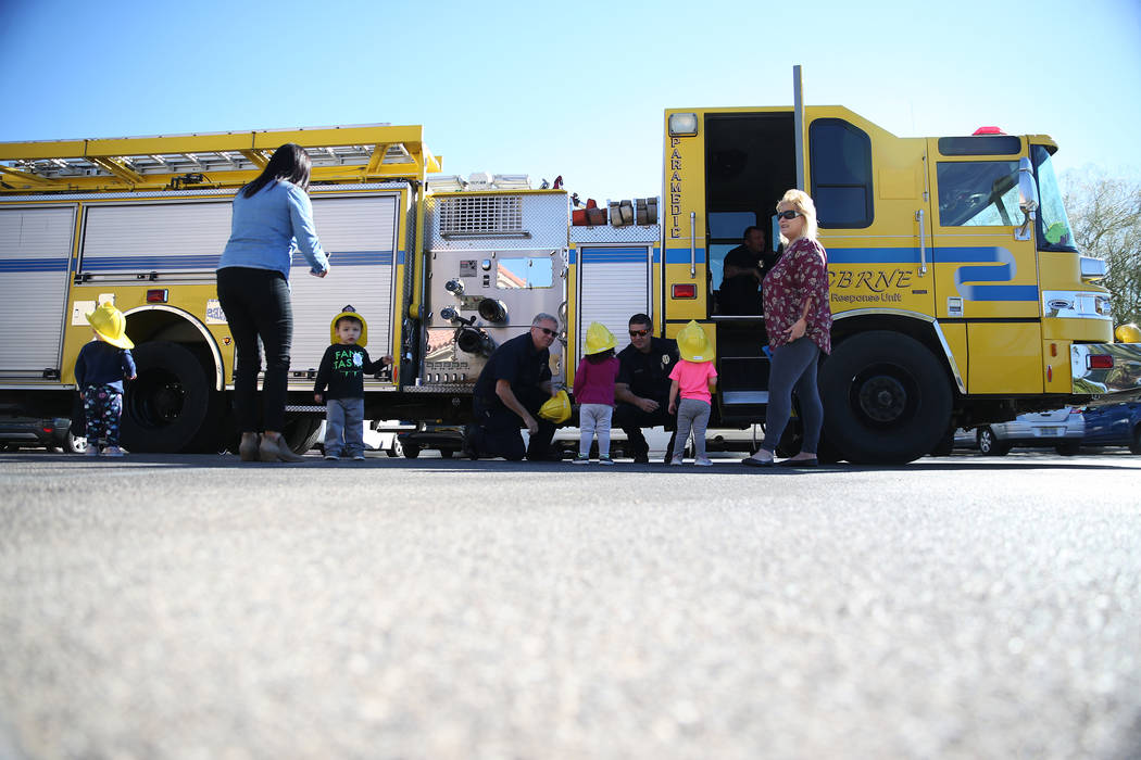 Los niños se reúnen con los bomberos del Departamento de Bomberos del Condado de Clark durante una visita de concientización sobre incendios en Merryhill Preschool, 5055 S. Durango Dr., en Las ...