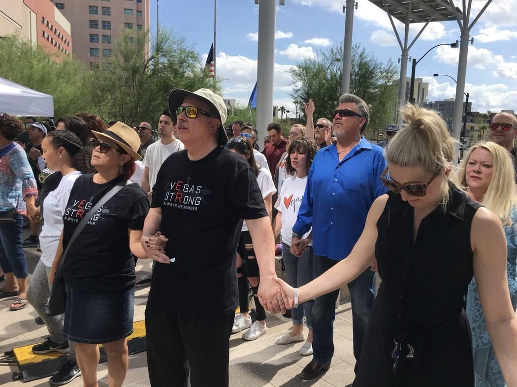 Un velorio en el ayuntamiento de Las Vegas dedicada a los que murieron en el festival Route 91 Harvest que se realizó hace un año. (Michael Scott Davidson / Las Vegas Review-Journal)
