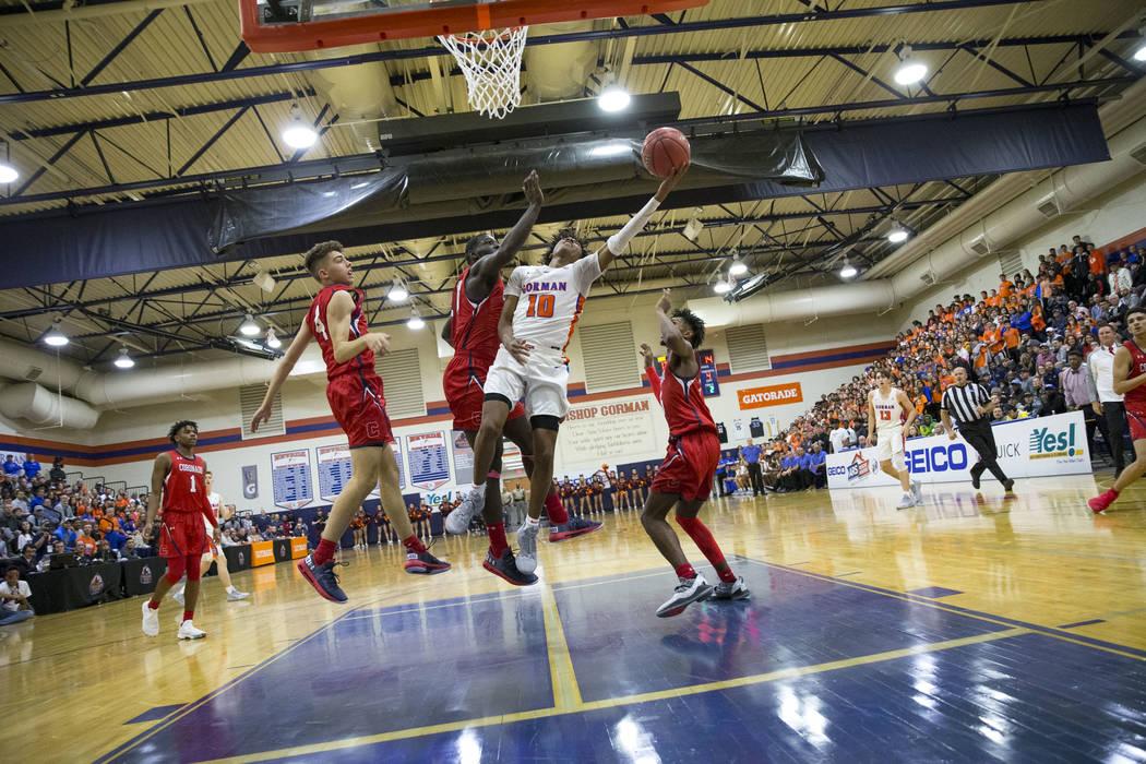 Zaon Collins (10) de Bishop Gorman lanza un tiro contra los defensores de Coronado durante la primer mitad de un partido de baloncesto en la preparatoria Bishop Gorman en Las Vegas el jueves 29 de ...