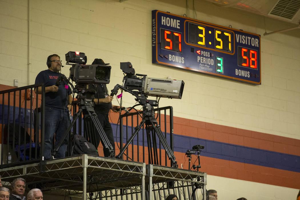 Las cámaras de televisión filman el juego del equipo universitario Coronado y Bishop Gorman en la escuela secundaria Bishop Gorman en Las Vegas el jueves 29 de noviembre de 2018. Richard Brian L ...