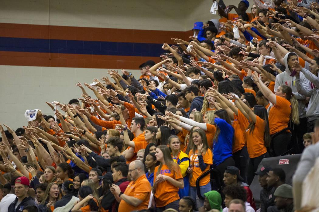 Los fans de Bishop Gorman animan a su equipo durante la segunda mitad de un partido de baloncesto del equipo universitario contra Coronado High School en Bishop Gorman High School en Las Vegas el ...