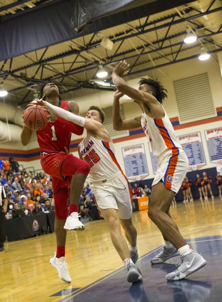 Jaden Hardy (1) de Coronado es bloqueado por Chance Michels (25) de Bishop Gorman durante la segunda mitad de un partido de baloncesto del equipo universitario Bishop Gorman High School en Las Veg ...