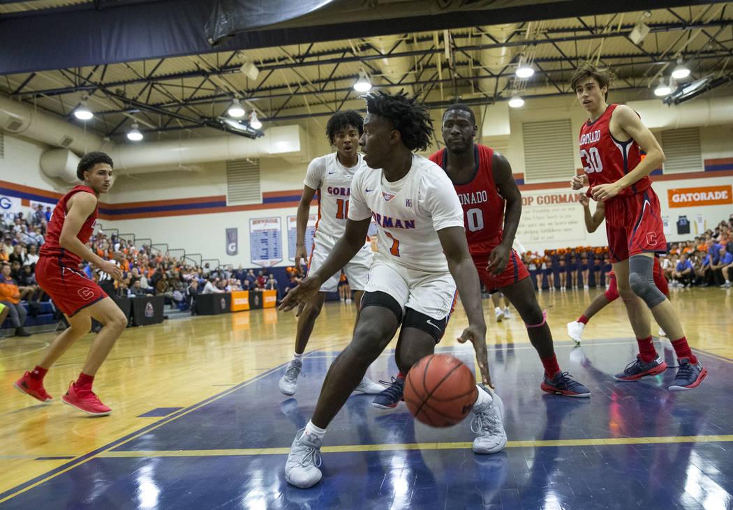 Will McClendon (1), de Bishop Gorman, busca pasar contra Coronado durante la primera mitad de un partido de baloncesto del equipo universitario Bishop Gorman High School en Las Vegas el jueves 29 ...