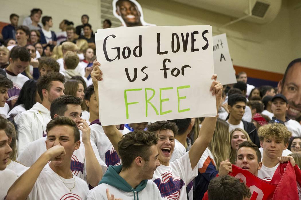 Un fan de Coronado sostiene un letrero durante la primer mitad de un juego de baloncesto en la preparatoria Bishop Gorman en Las Vegas el jueves, 29 de noviembre de 2018. Richard Brian Las Vegas R ...
