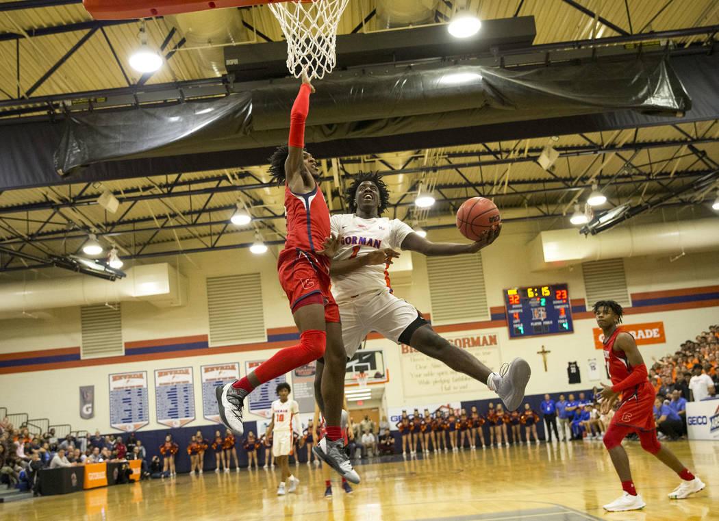 Will McClendon (1) de Bishop Gorman sube para un tiro contra Felix Reeves (5) de Coronado durante la primer mitad de un juego de baloncesto en la preparatoria Bishop Gorman en Las Vegas el jueves, ...