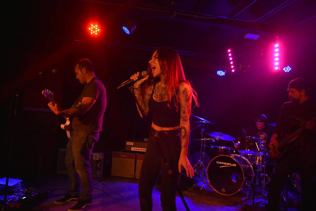 Bianca Hernández, vocalista de The Scoundrels, muestra gran destreza y energía en cada presentación. Viernes 23 de noviembre de 2018 en Bunkhouse Saloon. Foto Anthony Avellaneda / El Tiempo.