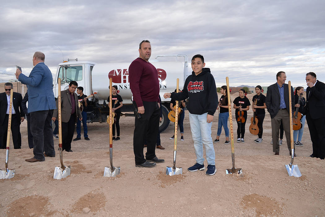 Henry Rodda director de la escuela J. D. Smith posó junto al presidente del cuerpo estudiantil, el niño Martin Rodríguez. Miércoles 28 de noviembre de 2018, en la esquina suroeste del parque H ...