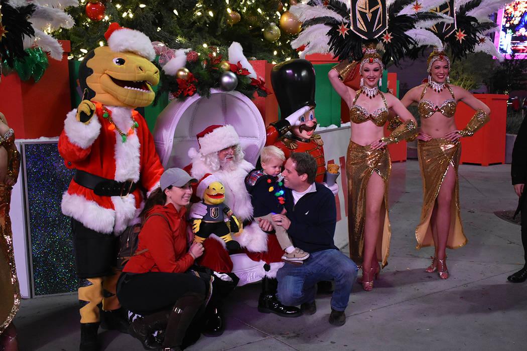 'Santa Claus' y 'Chance' convivieron y se tomaron fotografías con los niños asistentes. Jueves 29 de noviembre de 2018 en Plaza Toshiba. Foto Anthony Avellaneda / El Tiempo.