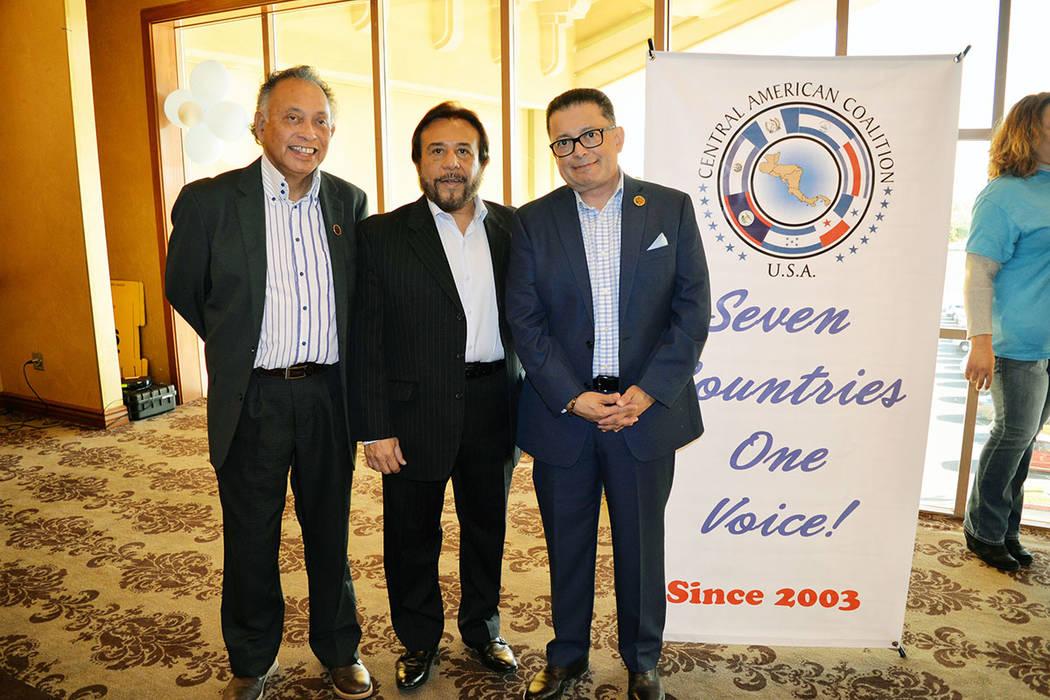 En la foto desde la izquierda: Carlos Velis, Dr. Félix Ulloa y Eduardo López Rajo. Viernes 30 de noviembre, en el Suncoast hotel & casino. Foto Frank Alejandre / El Tiempo.
