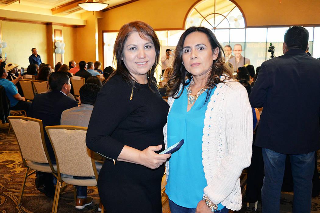 En la foto, desde la derecha: Irma Vaquerano y Olga Noriega. Viernes 30 de noviembre, en el Suncoast hotel & casino. Foto Frank Alejandre / El Tiempo.