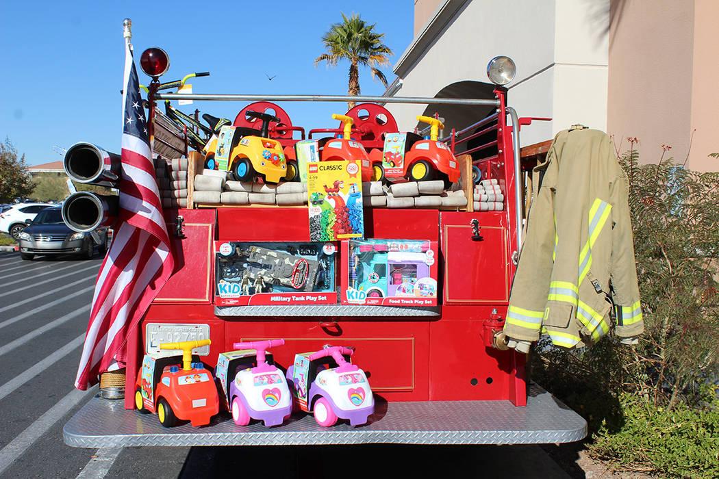 """""""Llena con juguetes el camión de bomberos"""". Sábado 1 de diciembre del 2018 en la tienda Walmart de Decatur & North 215. Foto Cristian De la Rosa / El Tiempo - Contribuidor."""