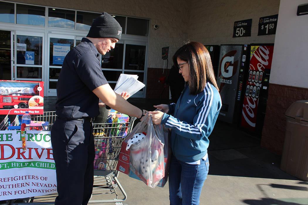 Los juguetes serán entregados a organizaciones no lucrativas, iglesias y centros de caridad para ser repartidos. Sábado 1 de diciembre del 2018 en la tienda Walmart de Decatur & North 215. Foto ...