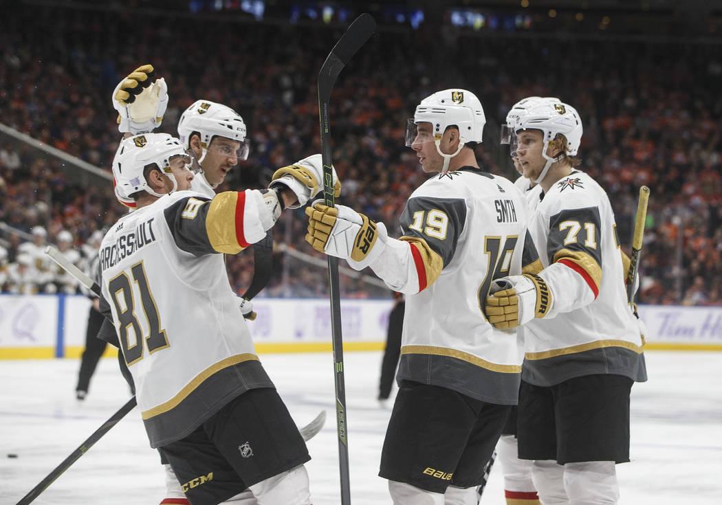 Los Golden Knights de Vegas celebran un gol contra los Oilers de Edmonton durante el tercer período de un juego de hockey de la NHL el domingo 18 de noviembre de 2018, en Edmonton, Alberta. (Jaso ...
