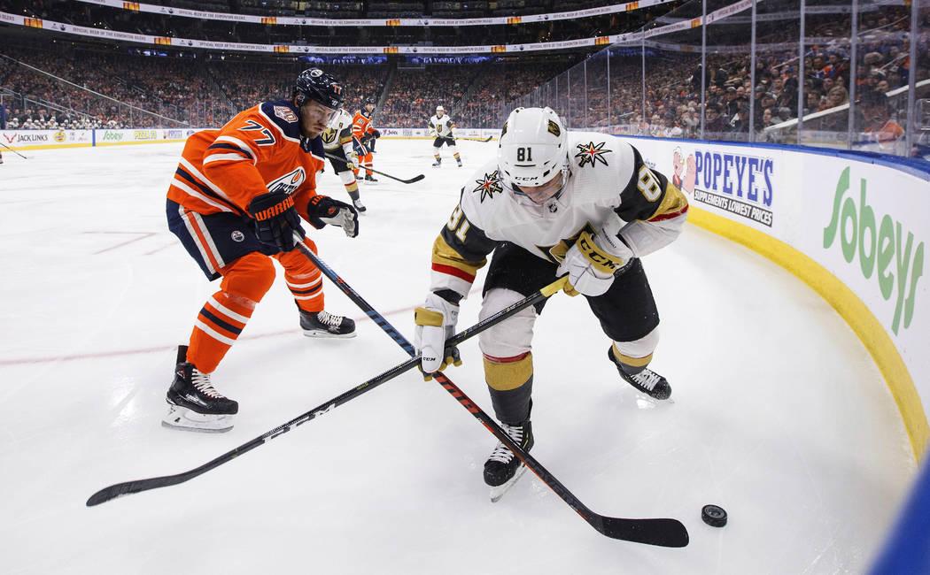 Jonathan Marchessault (81) de los Golden Knights de Las Vegas y Óscar Klefbom (77) de los Edmonton Oilers compiten por el disco durante el primer período de un juego de hockey de la NHL el sába ...