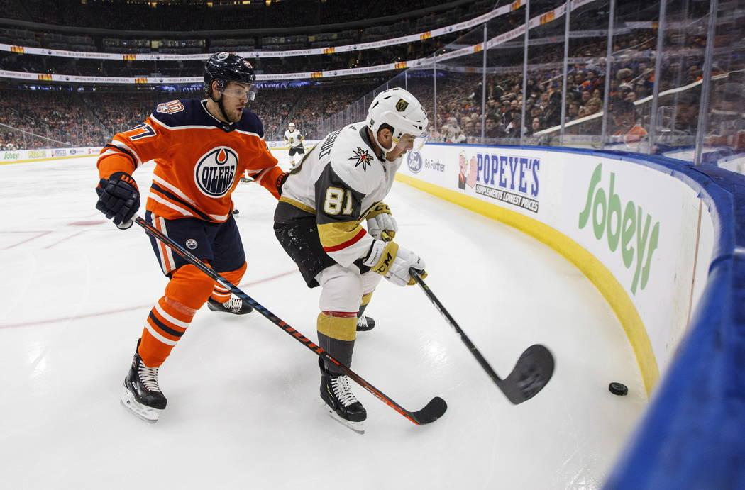 Jonathan Marchessault (81) de los Golden Knights de Vegas y Óscar Klefbom (77) de los Edmonton Oilers luchan por el puck durante la primera acción de la NHL en Edmonton, Alta., el sábado 1 de d ...