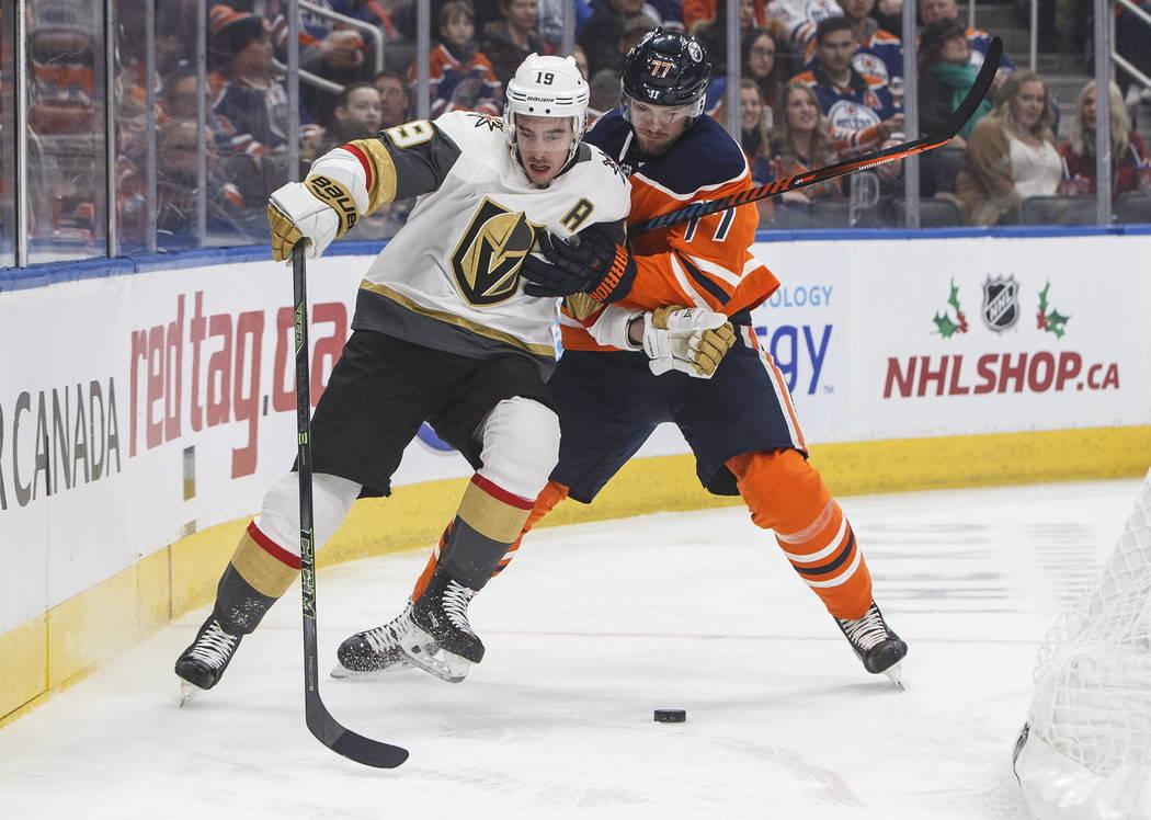 Reilly Smith (19) de los Golden Knights de Vegas y Óscar Klefbom (77) de los Edmonton Oilers compiten por el disco durante el primer período de un juego de hockey de la NHL el sábado 1 de dicie ...