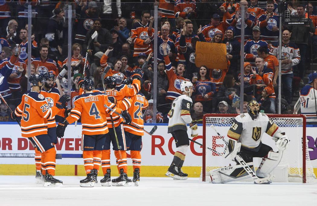 Los Oilers de Edmonton celebran un gol contra los Vegas Golden Knights, ya que Colin Miller (6) de los Golden Knights y el portero Marc-André Fleury (29) reaccionan durante el tercer período de ...