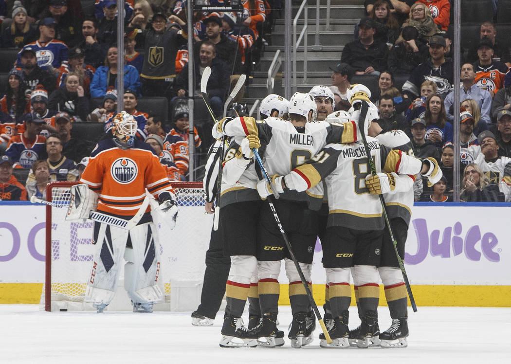 Los Vegas Golden Knights celebran un gol contra el portero de los Edmonton Oilers, Cam Talbot, a la izquierda, durante el segundo período de un juego de hockey de la NHL el domingo 18 de noviembr ...