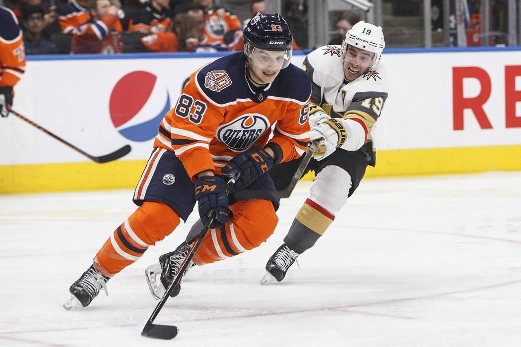 Reilly Smith (19) de los Golden Knights de Las Vegas persigue a Matthew Benning, de los Oilers de Edmonton (83), durante el tercer período de un juego de hockey de la NHL el sábado 1 de diciembr ...