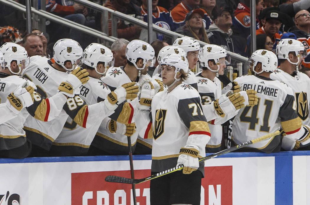 William Karlsson (71) de los Golden Knights de Las Vegas celebra un gol contra los Oilers de Edmonton durante el segundo período de un juego de hockey de la NHL el sábado 1 de diciembre de 2018, ...