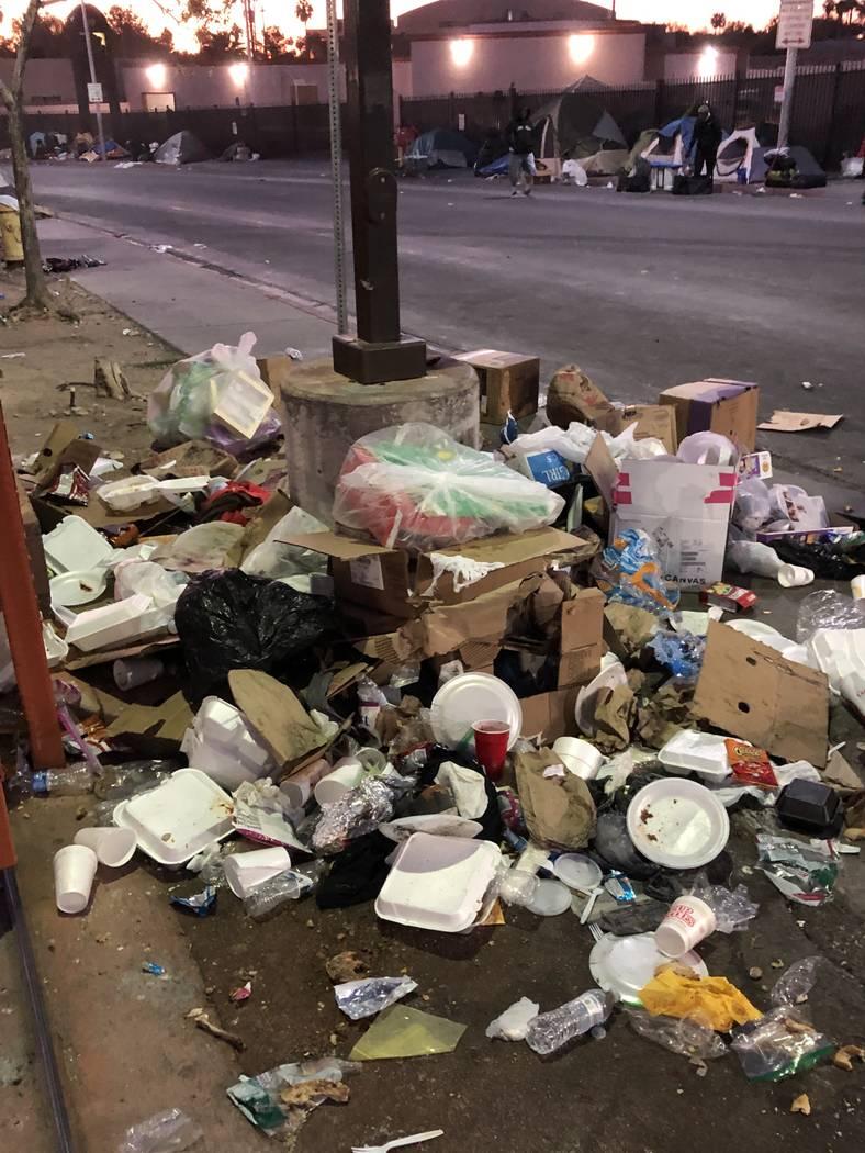 Se ve la basura acumulada en Foremaster Lane durante el fin de semana de Acción de Gracias. Foto cortesía de la ciudad de Las Vegas.