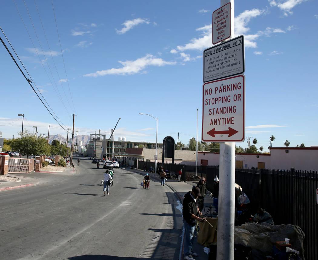"""Las personas se congregan bajo los letreros de """"No estacionarse"""" en Foremaster Lane entre Main Street y Las Vegas Boulevard el miércoles 28 de noviembre de 2018. K.M. Cannon Las Vegas Review-Jour ..."""