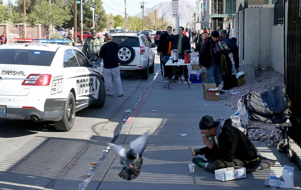 La policía y los comisarios de Las Vegas citan a una persona por estacionarse en una zona roja en Foremaster Lane, cerca de Las Vegas Boulevard, el miércoles 28 de noviembre de 2018. La persona ...