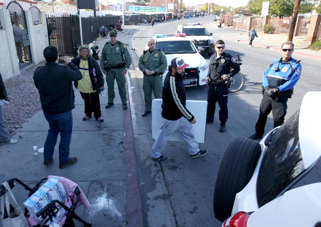 La policía de Las Vegas observa a Joey Lankowski empacar donde distribuía comida en Foremaster Lane cerca de Las Vegas Boulevard el miércoles 28 de noviembre de 2018. Lankowski fue citado por e ...