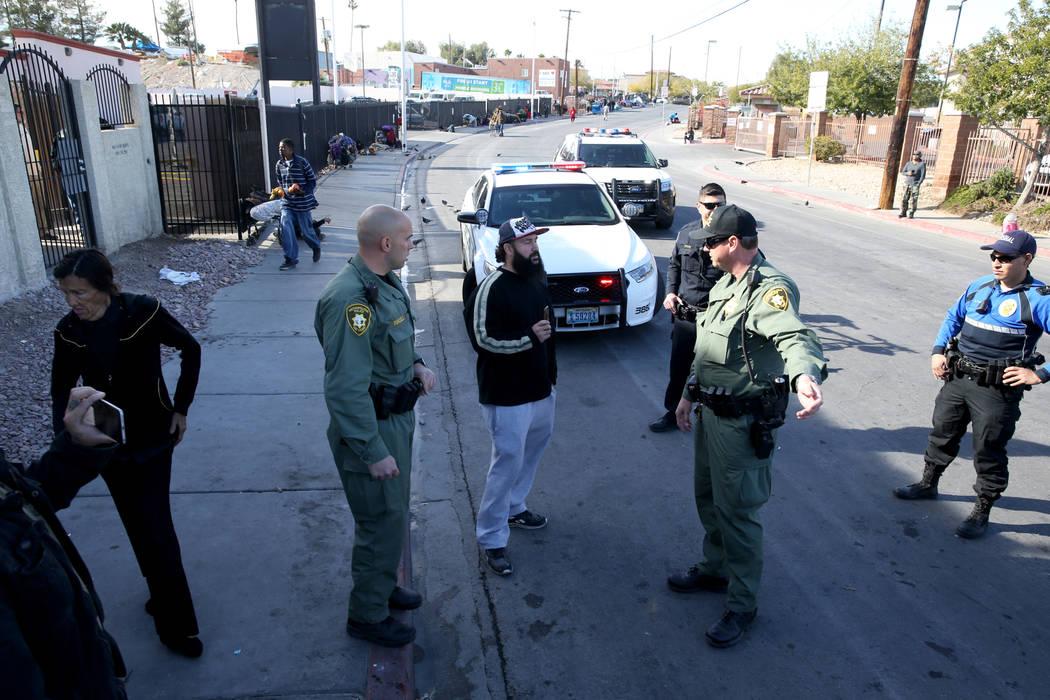 La policía de Las Vegas discute con Joey Lankowski, en el centro, donde estaba distribuyendo comida en Foremaster Lane cerca de Las Vegas Boulevard el miércoles 28 de noviembre de 2018. Lankowsk ...