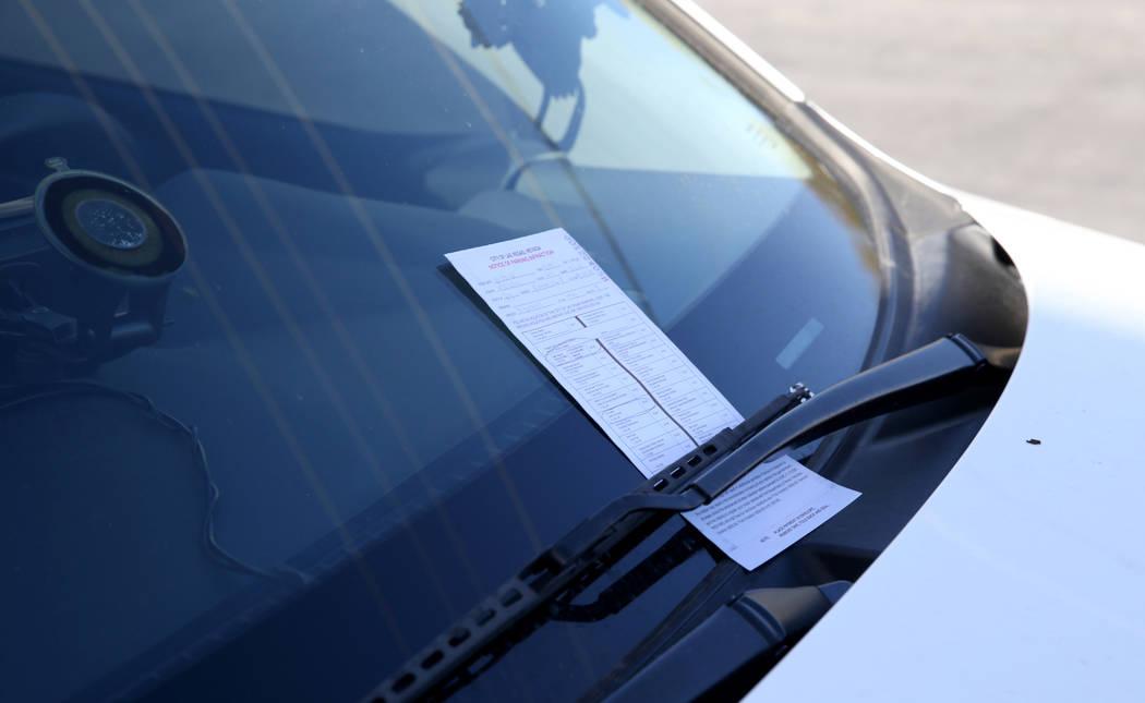 Una multa en el auto de Joey Lankowski donde estaba distribuyendo comida en Foremaster Lane cerca de Las Vegas Boulevard el miércoles 28 de noviembre de 2018. Lankowski fue multado por estacionar ...