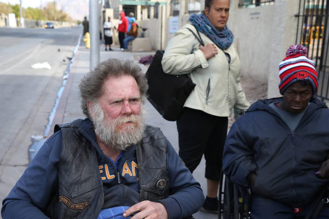 Joe Bridges, de 59 años, habla con un reportero en Foremaster Lane, cerca de Las Vegas Boulevard, el miércoles 28 de noviembre de 2018. Mirando a Sonja Nissen, trasera, y Rondelle Terrette, 52. ...