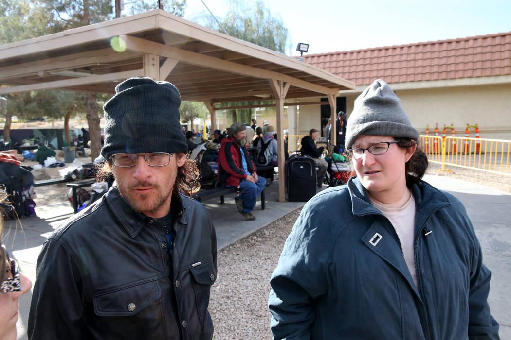 """Buddy """"Dizzy"""" Byrge, de 34 años, y su esposa Krystal Wharton, de 26 años, hablan con un reportero en el patio para personas sin hogar del Corredor de la Esperanza en Foremaster Lane en Las Vegas ..."""