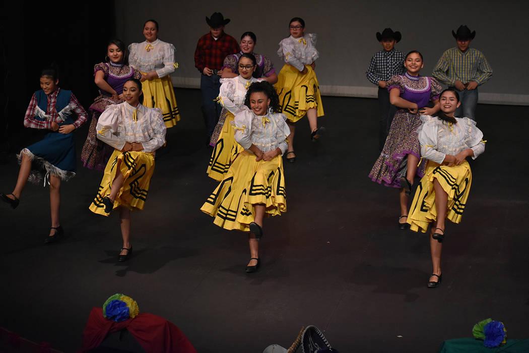 Ballet Folklórico de la secundaria KO Knudson participó con gran alegría en el evento. Viernes 30 de noviembre de 2018 en la sede Flamingo de la Biblioteca del Condado Clark. Foto Anthony Avell ...