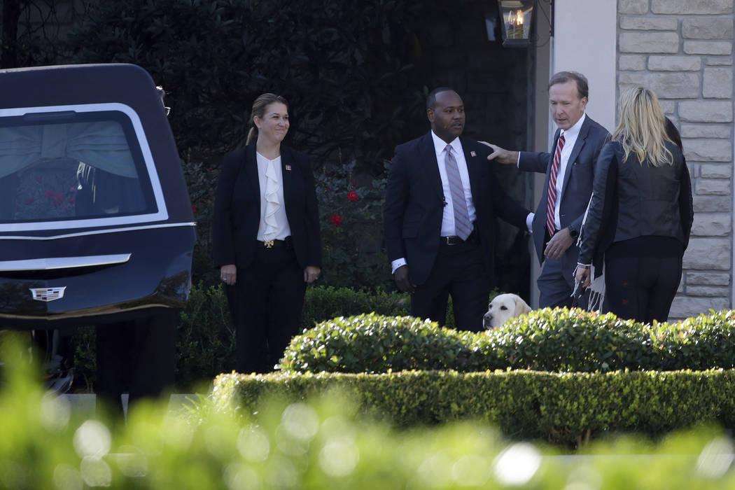 Neil Bush, a la derecha, saluda a los miembros del Servicio Secreto de los Estados Unidos atrás del ataúd del ex presidente George H.W. Bush que fue colocado en un coche fúnebre en la funeraria ...