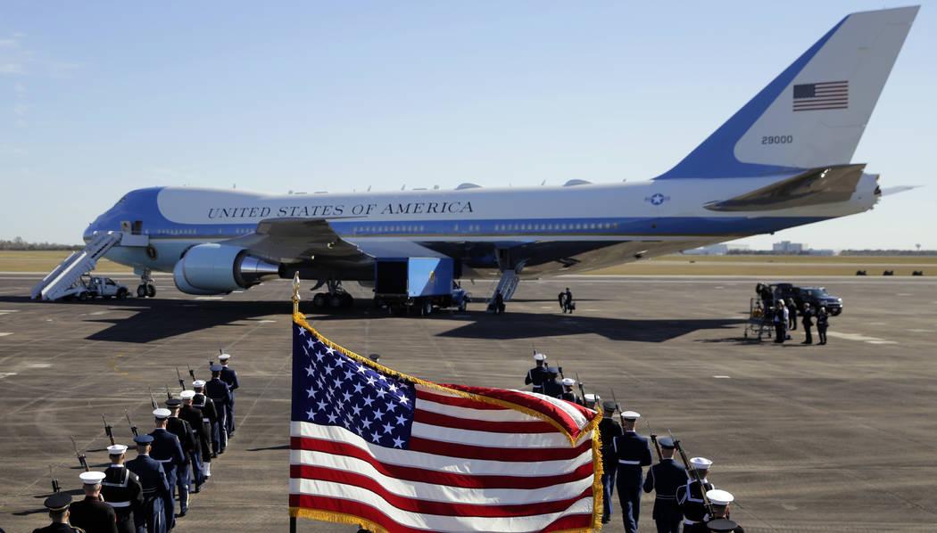 Con el ataúd abanderado del ex presidente George H.W. Bush a bordo en Ellington Field, Special Air Mission 41 se prepara para partir, el lunes 3 de diciembre de 2018, en Houston. (Foto AP / Eric ...