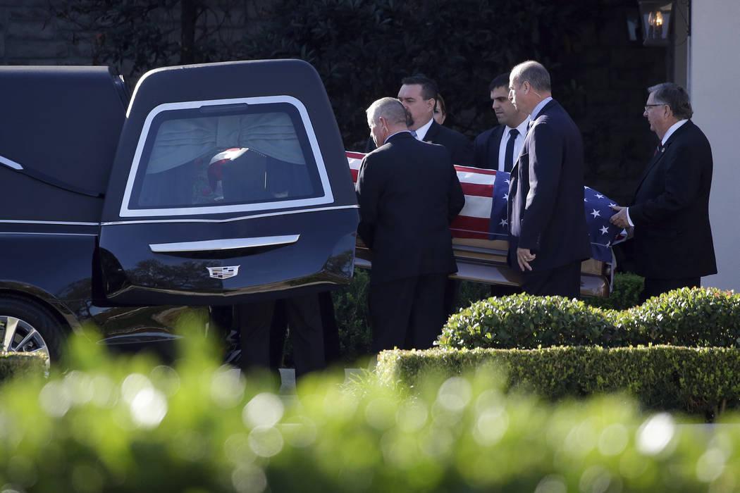 Los miembros del Servicio Secreto de los Estados Unidos llevan el ataúd con el ex presidente George H. W. Bush en un coche fúnebre de la funeraria George H. Lewis después de un servicio familia ...