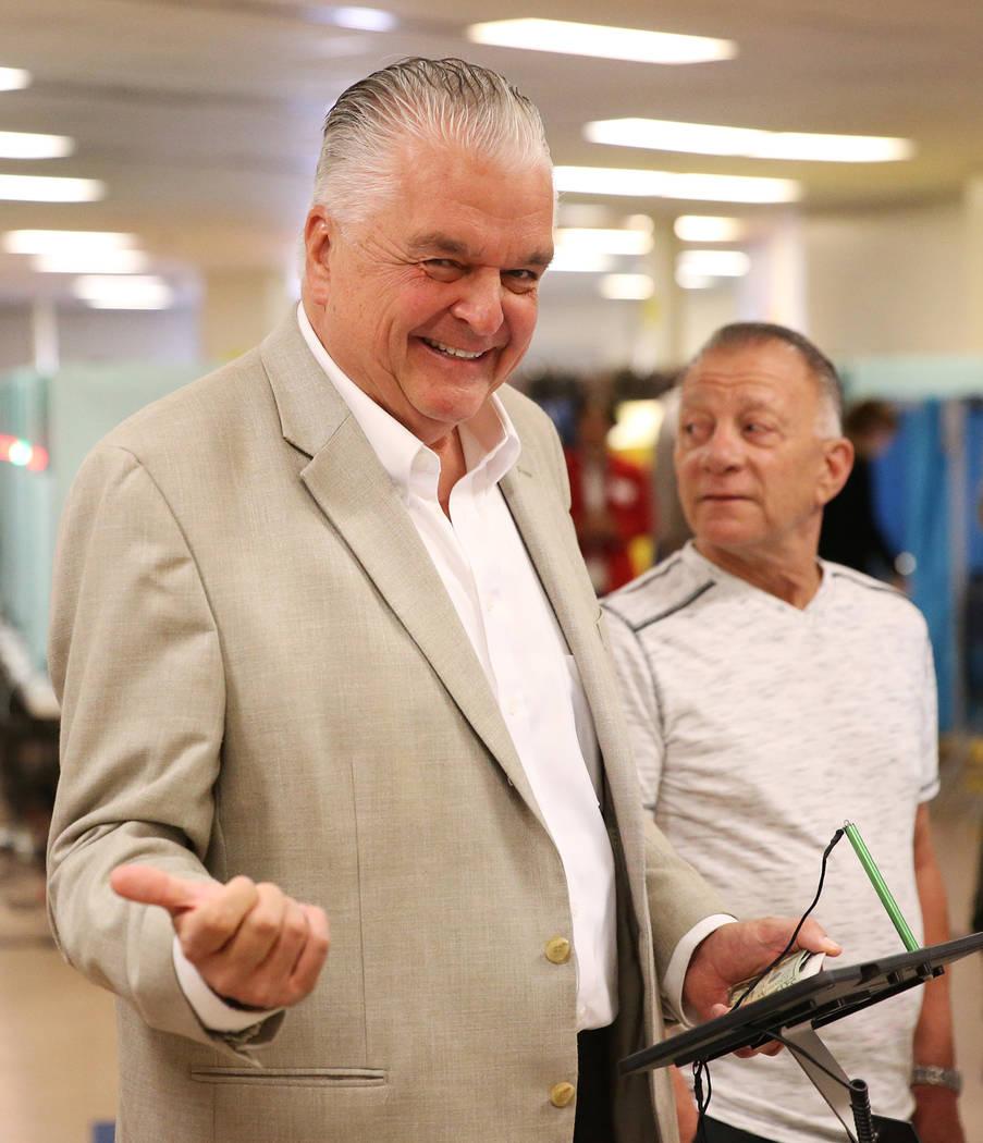Steve Sisolak, candidato demócrata a gobernador de Nevada, espera ser procesado para votar en Kenny Guinn Middle School en Las Vegas, el martes 6 de noviembre de 2018. Erik Verduzco Las Vegas Rev ...