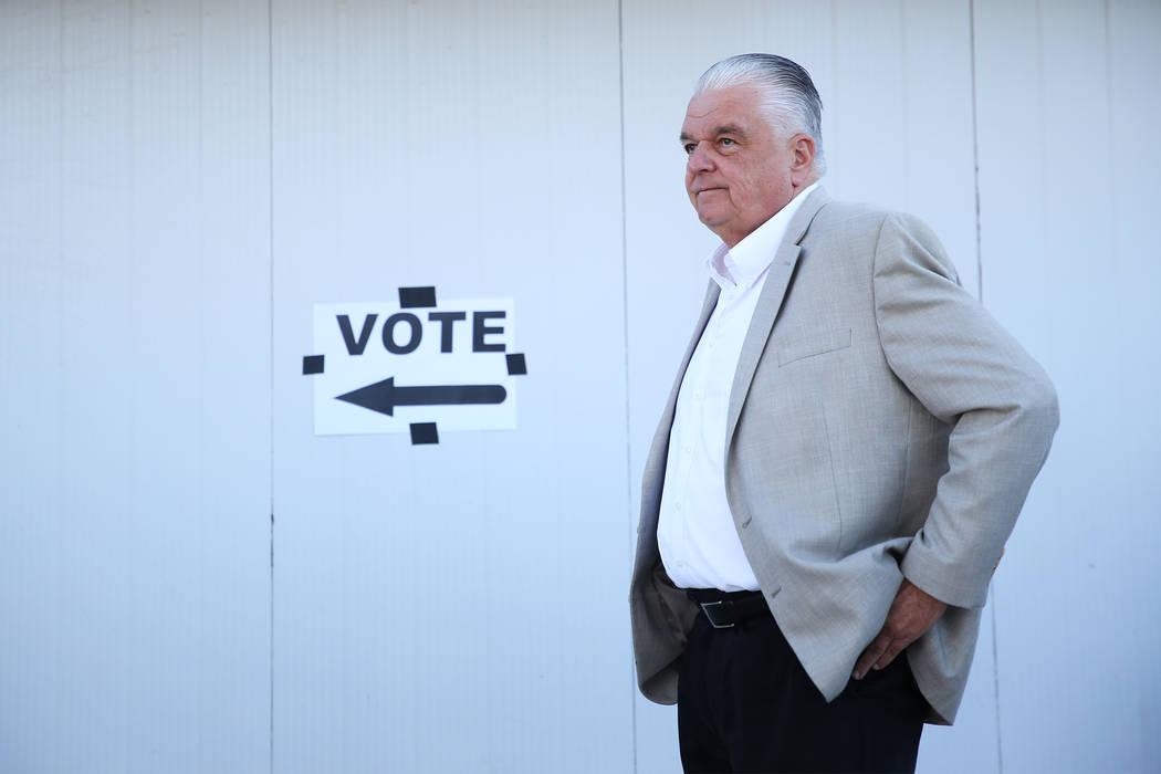 Steve Sisolak, candidato demócrata a gobernador de Nevada, espera en línea para emitir su voto en un colegio electoral en Kenny Guinn Middle School en Las Vegas, el martes 6 de noviembre de 2018 ...