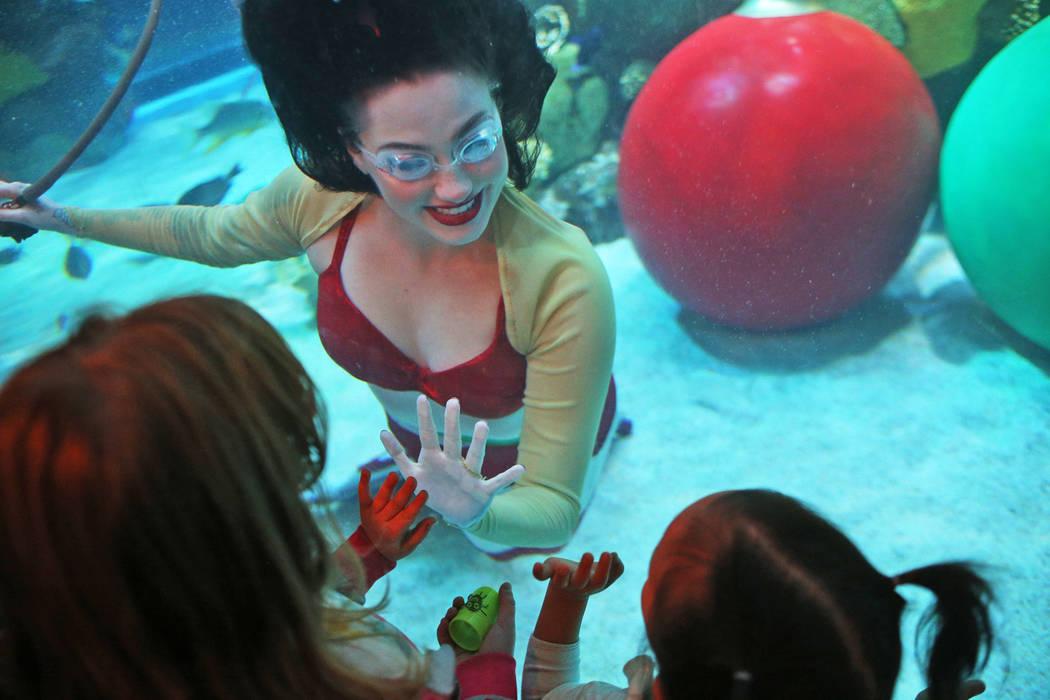 La sirena navideña saluda a los niños en el hotel y casino Silverton en Las Vegas, el domingo 2 de diciembre de 2018. Ella y Santa están en el acuario todos los sábados y domingos de diciembre ...