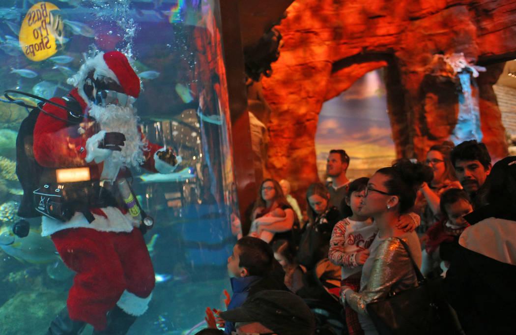 Underwater Santa saluda a la multitud en el hotel y casino Silverton en Las Vegas, el domingo 2 de diciembre de 2018. Él y la sirena navideña están en el acuario todos los sábados y domingos d ...