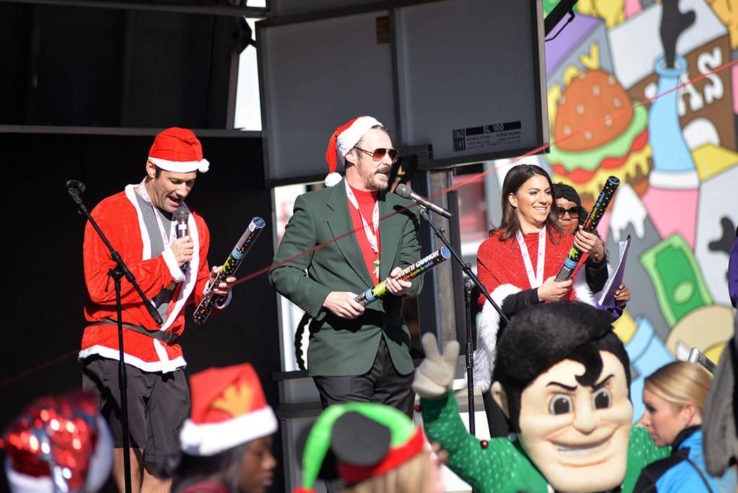 El mago Lance Burton, centro de la foto, fue el gran mariscal del evento. Sábado 1 de diciembre en la carrera anual Great Santa Run, en el Downtown. Foto Frank Alejandre / El Tiempo.