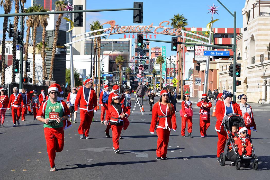 """La solidaridad se hizo presente y miles de """"Santa Claus"""" corrieron y caminaron. Sábado 1 de diciembre en la carrera anual Great Santa Run, en el Downtown. Foto Frank Alejandre / El Tiempo."""