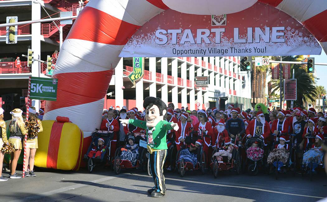 La mascota del equipo de fútbol soccer local, Las Vegas Lights F.C. saludó a los participantes. Sábado 1 de diciembre en la carrera anual Great Santa Run, en el Downtown. Foto Frank Alejandre / ...