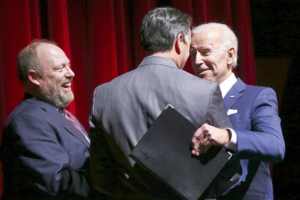 El ex vicepresidente Joe Biden, a la derecha, saluda al gobernador Brian Sandoval junto a Daniel Hamilton, decano de la Facultad de Derecho Boyd, a la izquierda, durante la Gala de la escuela de L ...
