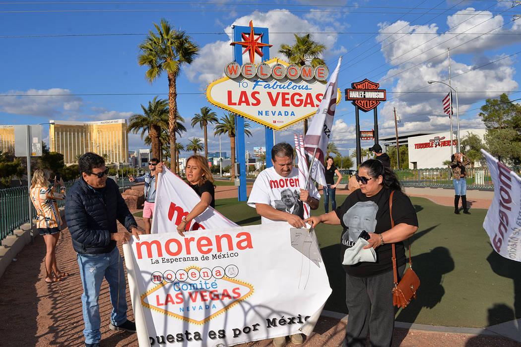 Acompañaron a Joel García –sosteniendo la manta a la derecha-, a la magna celebración que el comité de apoyo a Morena realizó en Las Vegas: Felicitas Rojas, Jaime Alarcón, Cuauhtémoc Sán ...