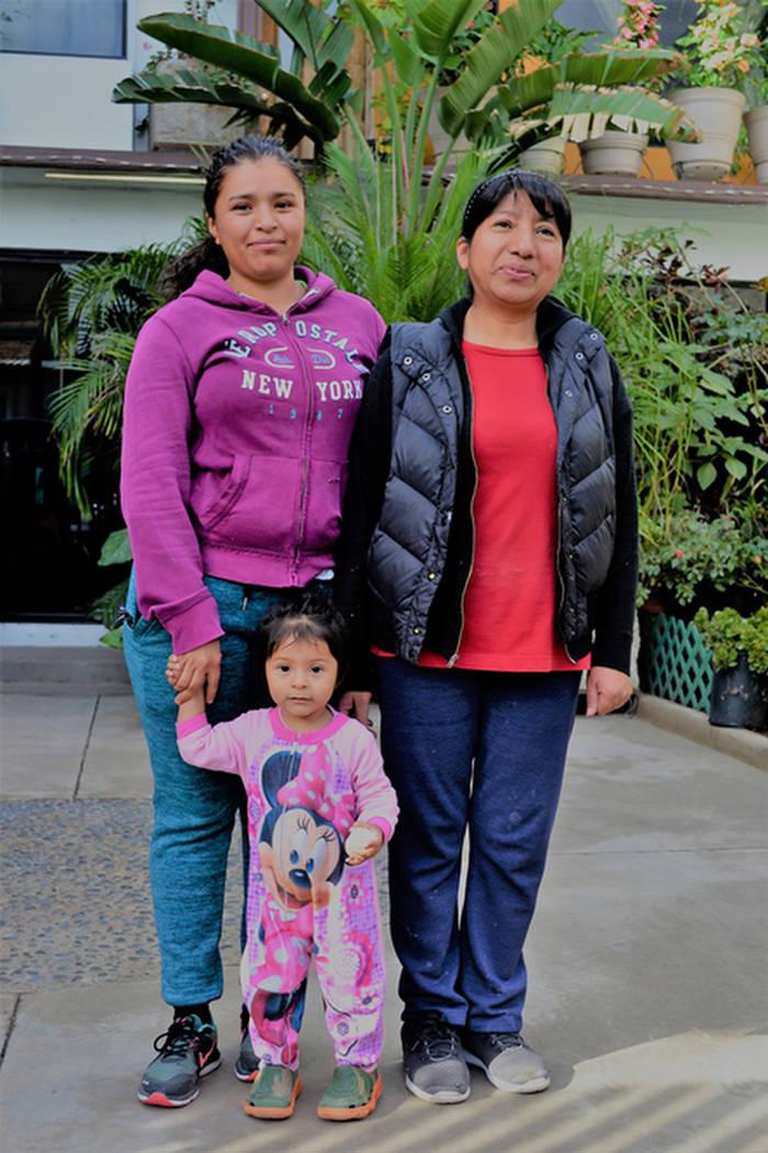Tres generaciones: la dueña de casa Irma García, a la derecha, vive al otro lado de la calle del refugio de El Barretal. (Doug Kari/Especial para el Las Vegas Review-Journal)
