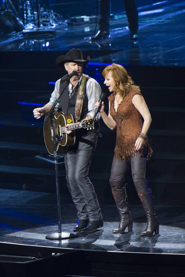 Reba McEntire y Brooks & Dunn se presentan juntos en The Colosseum en Caesars Palace en Las Vegas, el viernes 19 de junio de 2015. (Jason Ogulnik / Las Vegas Review-Journal)
