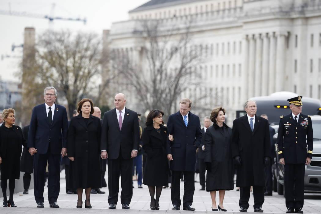 Desde la derecha, el ex presidente George W. Bush, segundo desde la derecha, la ex primera dama Laura Bush, Neil Bush, Sharon Bush, Bobby Koch, Doro Koch, Jeb Bush y Columba Bush, se encuentran ju ...